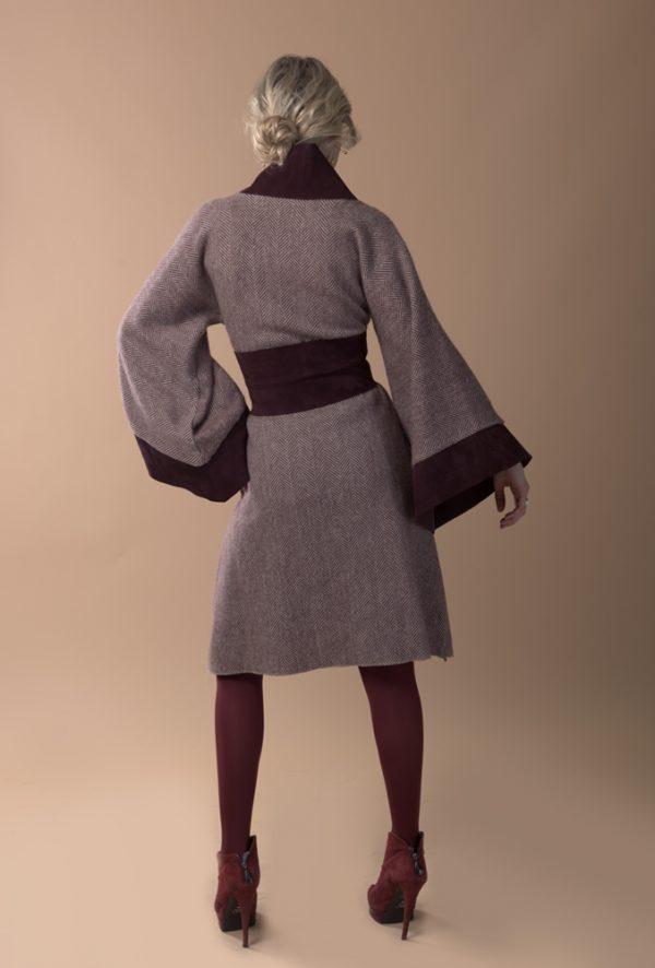 Abrigo tipo kimono de lana con dibujo de espiga en burdeos con crudo y ante italiano en color burdeos.