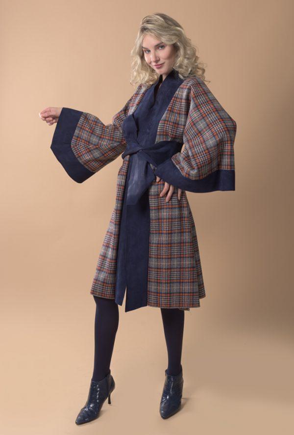 Abrigo tipo kimono de lana a cuadros estilo escocés azul y naranja y ante italiano azul marino.