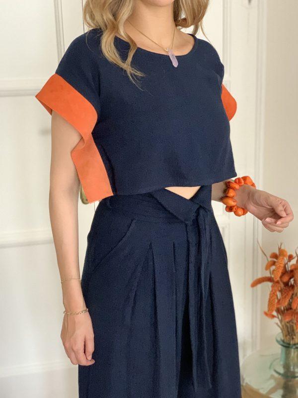 Nuestra blusa tipo crop top de algodón orgánico y un toque retro con esas mangas de ante italiano, es una blusa holgada y corta que va ideal para llevar con pantalones, faldas o shorts de cintura alta.