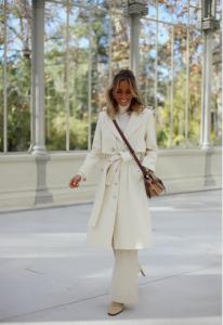 Paula Arguelles viste gabardina abrigo blanco de paloma lajud otoño invierno 2019 de lana el mas top y trendy de la temporada