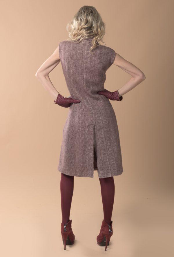 Chaleco de lana con dibujo de espiga granate y crudo, estiliza la figura y se puede utilizar también como vestido.
