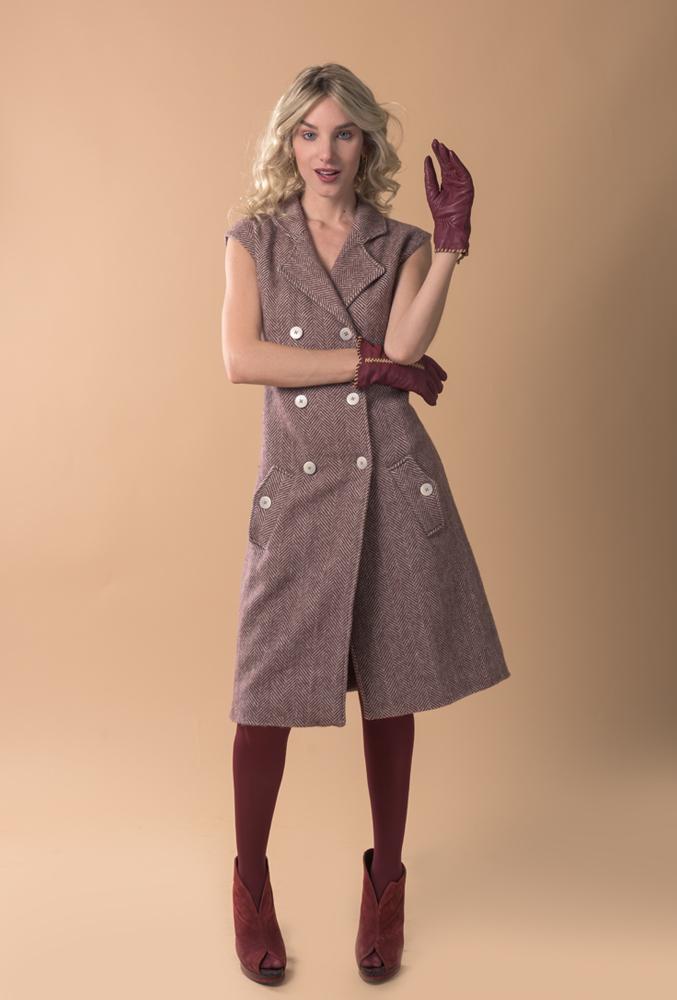 Chaleco de lana con dibujo de espiga granate y crudo, estiliza la figura y se puede utilizar también como vestido. Hecho a mano en España con insumos europeos de calidad premium.