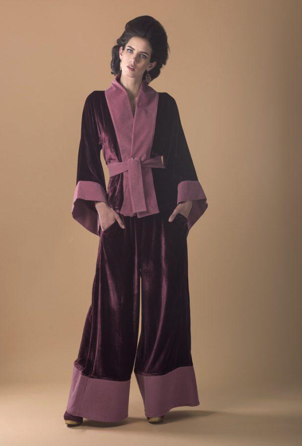 Mujer con conjunto para celebracion de kimono blazer con pantalon de color burdeos o vino