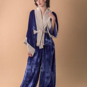 Mujer con conjunto para celebracion de kimono blazer con pantalon de color azul con gris