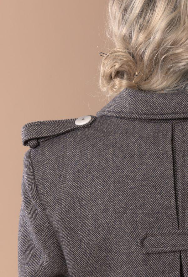 Gabardina de lana y cashmere con dibujo de espiga negro y beige. Es la gabardina más elegante y vanguardista que vas a encontrar esta temporada, ademas por su corte y su tejido de lana 100% es una prenda que adorarás toda la vida, un clásico básico que estiliza tu figura y cubre del frío con carácter y estilo. ¡Haz que el abrigo que estrenes este año sea diferente al de todas las demás y te dure para toda la vida! Hecho a mano en España con insumos europeos de calidad premium.
