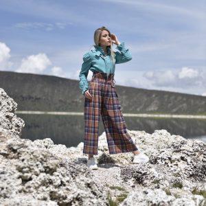 pantalon galdana multicolor, hecho de lana, con print de cuadros escoceses de colores, cinturilla alta y boton dorado