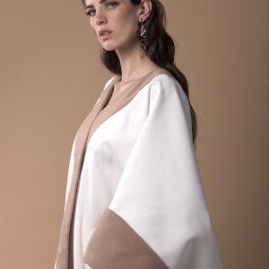 Kaftan de invierno, confeccionado con lana, color blanco y camel con manga vuelta y hoja bordada en la espalda