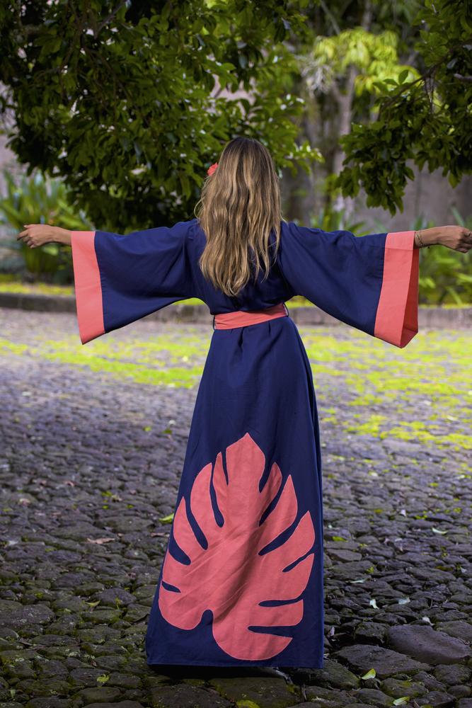 Kimono de lino y algodón color azul marino y detalles en coral, con hoja de lino bordada en la parte posterior.