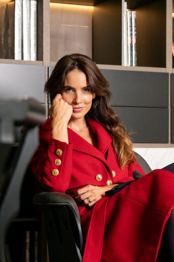 abrigo tipo gabardina, color rojo hecho de lana y con detalles de botones dorados en la parte frontal y trasera otoño invierno paloma lajud, blogger española Mileva