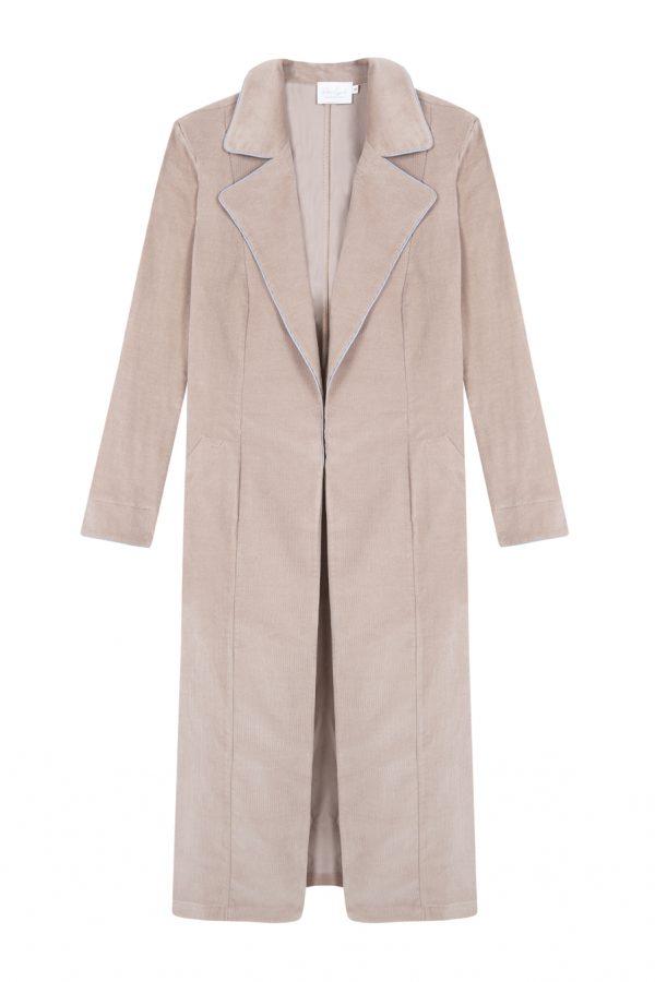 abrigo de pana color arena, largo y recto con bordes a contraste- otoño invierno Paloma Lajud
