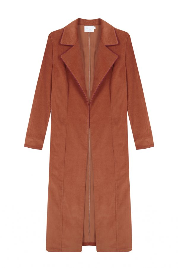 abrigo de pana color ladrillo, largo y recto con bordes a CONTRASTE EN COLOR BURDEOS- otoño invierno Paloma Lajud