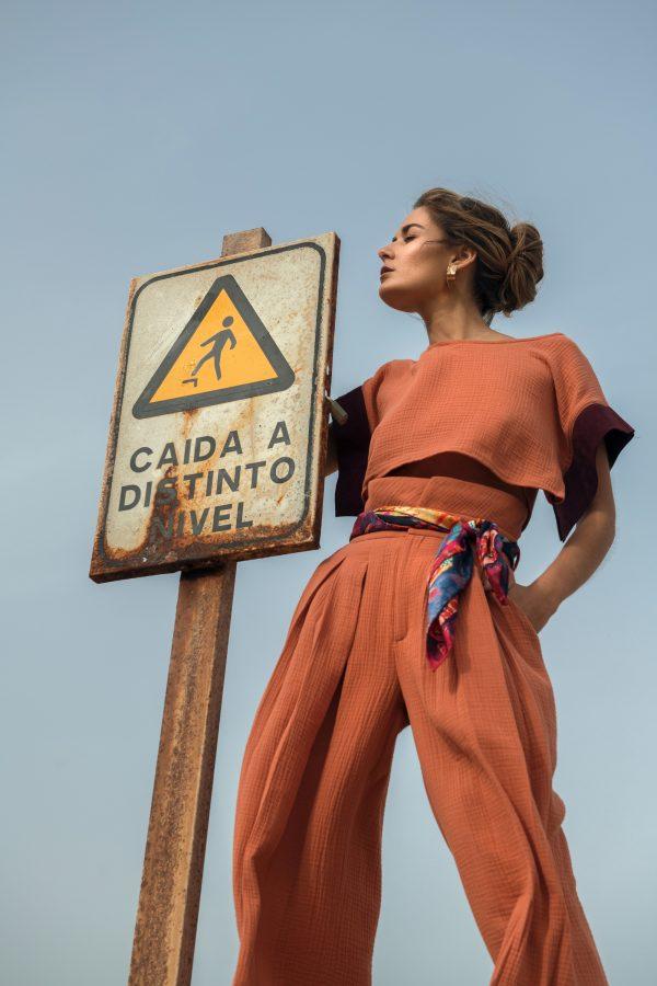 Pantalón caldero de cintura alta y tablones al frente colección primavera verano 2021 de paloma lajud