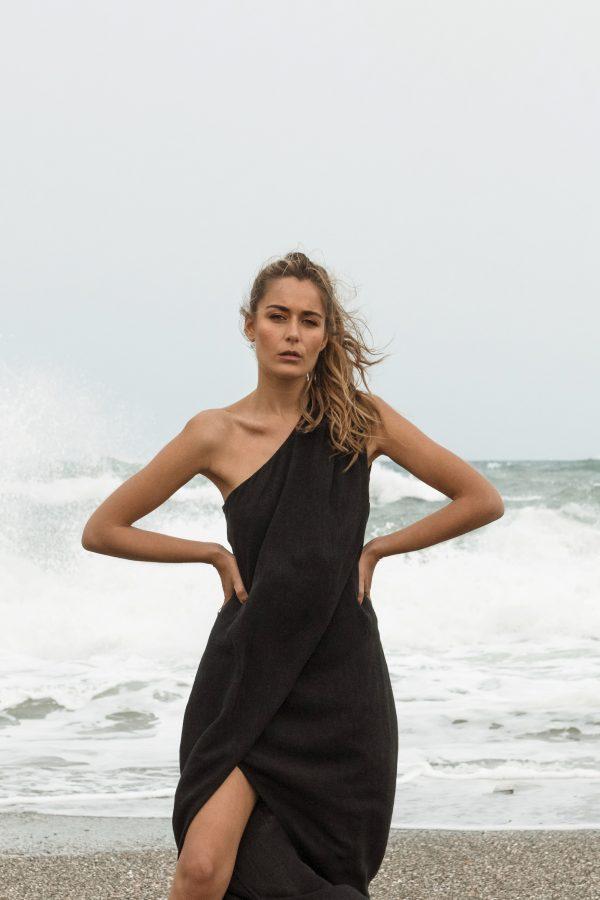 vestido positano negro, one shoulder y abertura en pierna coleccion primavera verano paloma lajud