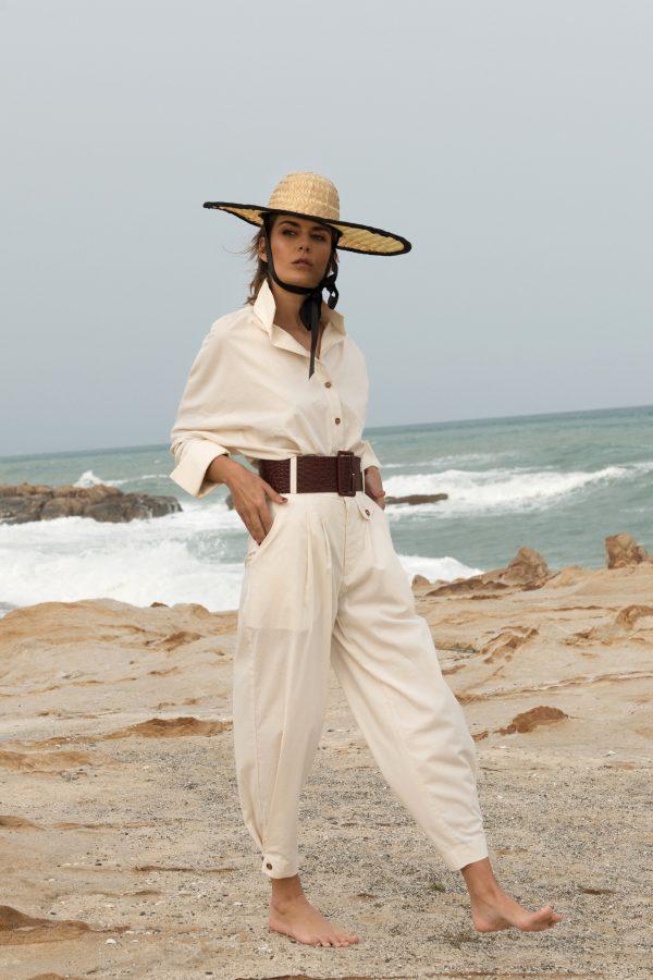 pantalon greta beige frente, corte tipo chino con cintura alta y ancha, detalle de botones de madera y tablones coleccion primavera verano paloma lajud 2021