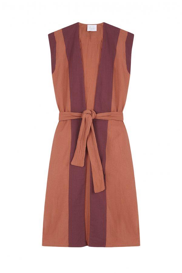 Chaleco recto color caldero con mangas retro, caída fantástica, con contraste de color al frente y en las mangas color granate, bolsillos laterales y un largo ideal para todas las alturas.