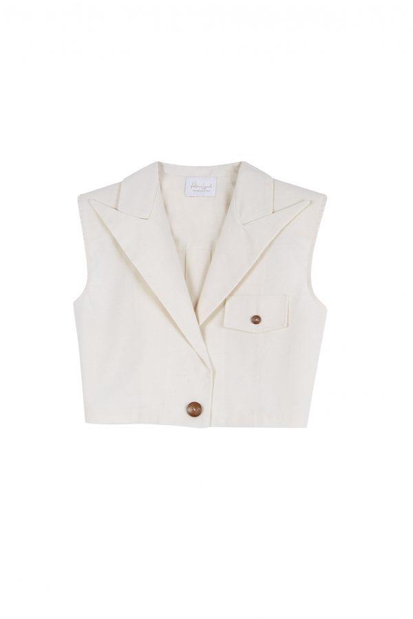 Chaleco corto, con hombreras, detalle de pinza en la espalda, botones de madera y un largo ideal para usar con pantalones de cintura alta.