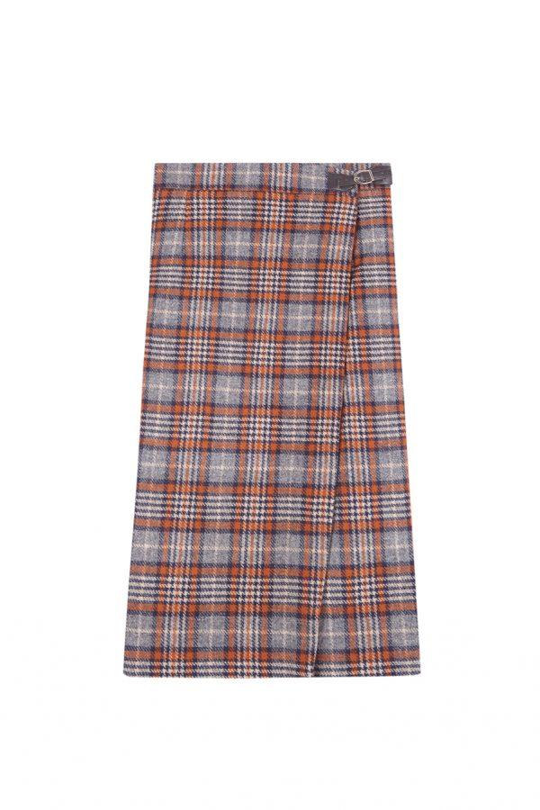 Falda cruzada con detalle de hebilla, con un largo ideal de bajo de la rodilla, forrada y hecha de lana a cuadros estilo escocés azul, gris y naranja.