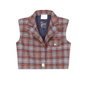 Chaleco corto, con hombreras, y detalles de botones dorados y un largo ideal para usar con pantalones de cintura alta, hecho de lana a cuadros estilo escocés azul y naranja.