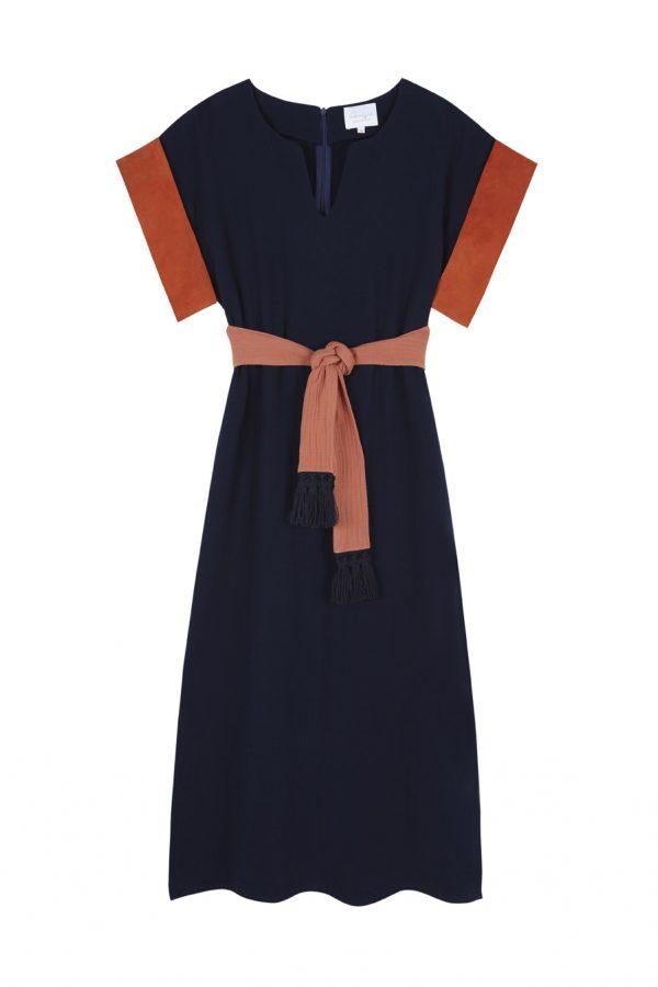 vestido estilo kaftan azul marino con contrastes naranja