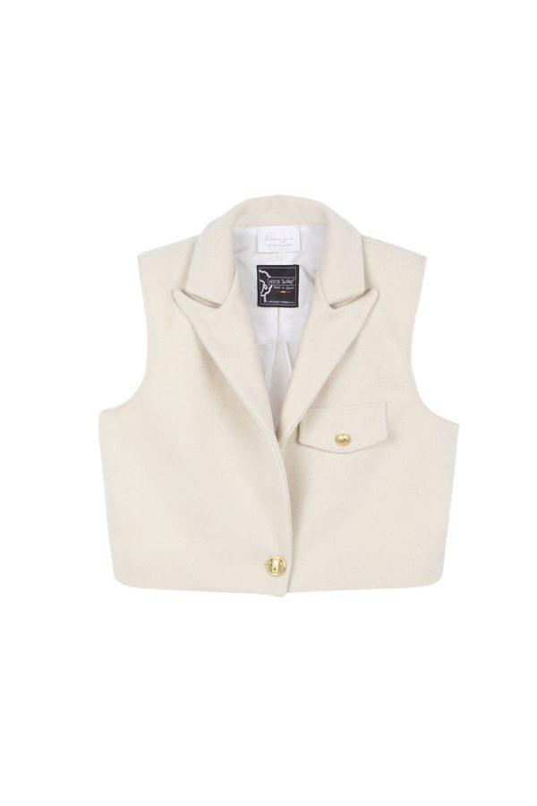 Chaleco corto, con hombreras, detalle de pinza en la espalda, botones dorados y un largo ideal para usar con pantalones de cintura alta, hecho de lana en color crudo. otoño invierno paloma lajud