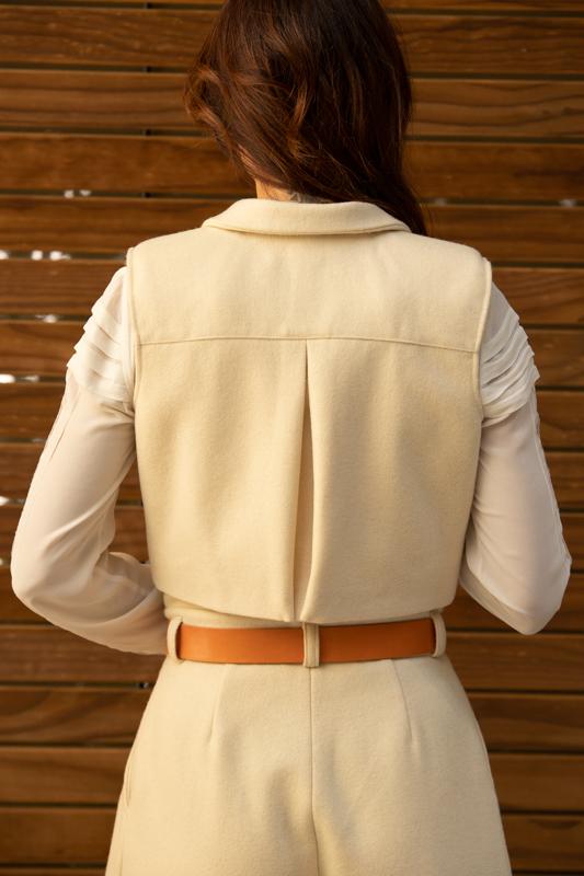 chaleco de invierno corto color crudo de lana coleccion otoño invierno 2020 paloma lajud con blogger mileva