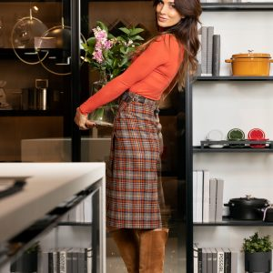 Falda de invierno cruzada con detalle de hebilla, con un largo ideal de bajo de la rodilla, forrada y hecha de lana a cuadros estilo escocés azul, gris y naranja.