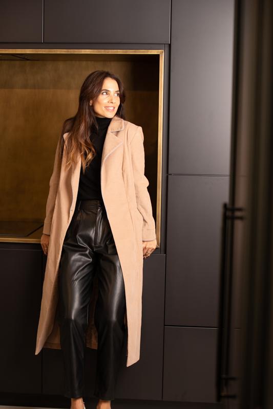 bata abrigo color arena o beige de pana coleccion otoño invierno paloma lajud