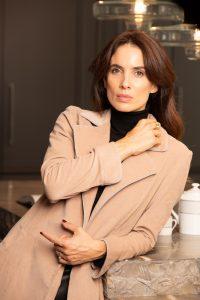 modelo con abrigo color beige arena con detalles en azul celeste coleccion otoño invierno paloma lajud