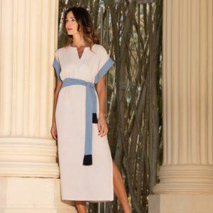 vestido estilo kaftan color crudo con contrastes en azul coleccion verano paloma lajud, hecho de algodon organico