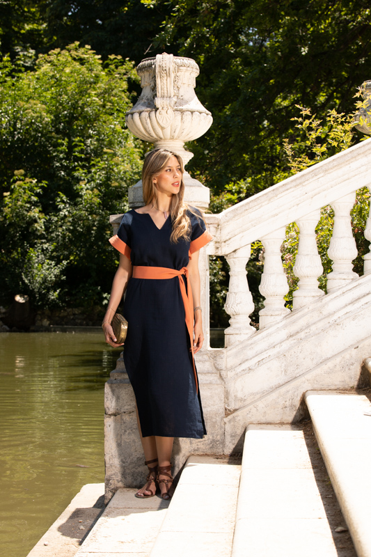 vestido estilo kaftan azul marino con contrastes naranja Paloma Lajud coleccion primavera verano 2020