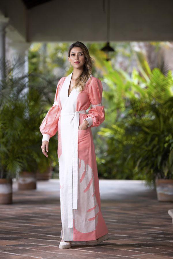 vestido de lino color coral con contrastes en crudo mangas abullonadas y hoja tropical bordada al frente