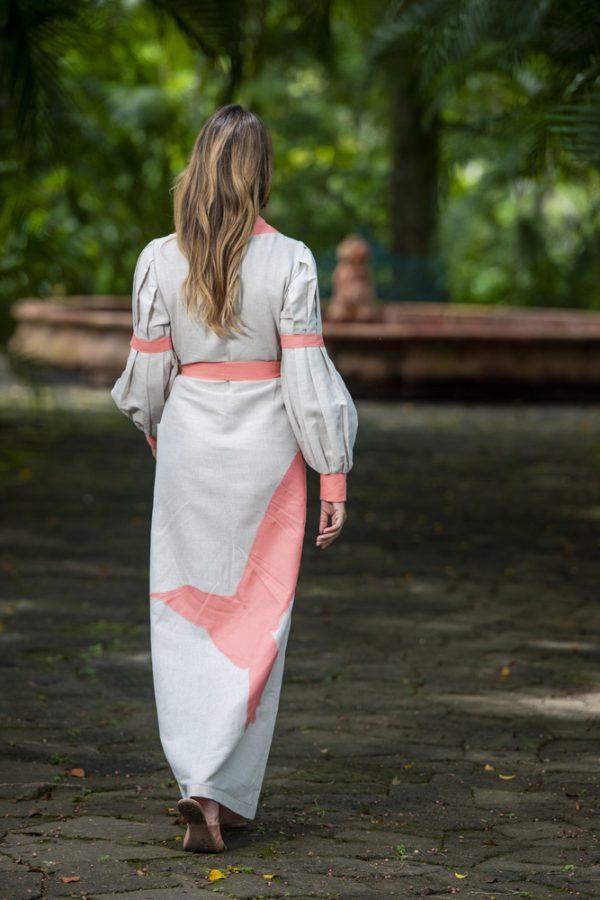 estido con mangas con detalle de tablones, se puede llevar con o sin lazo en la cintura, lleva un colibrí bordado en la parte posterior.
