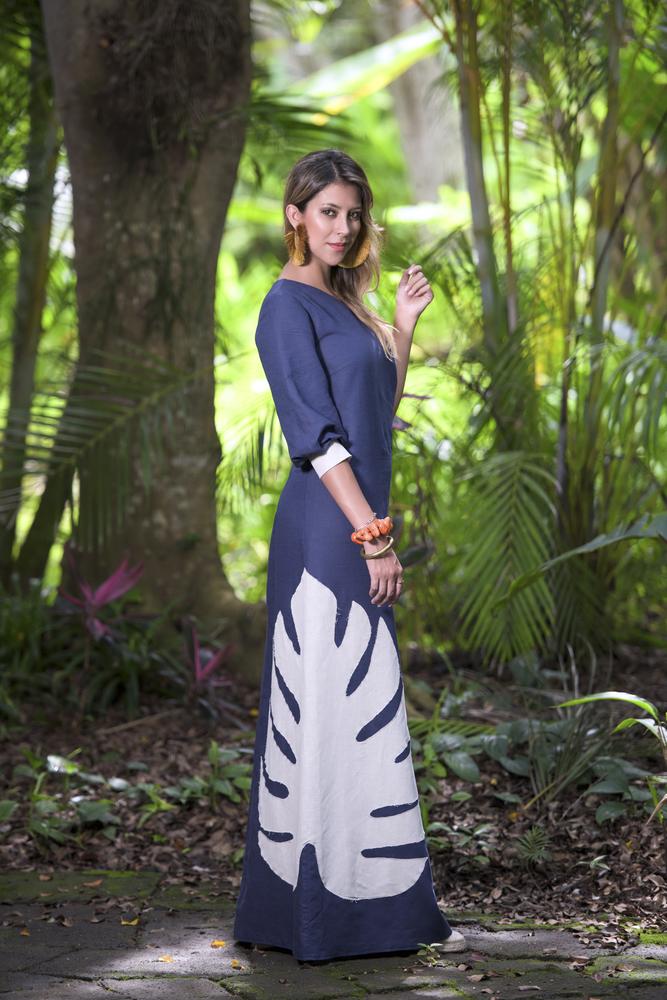 Vestido de lino azul Quintana Roo-side con hoja tropical bordada en la espalda one shoulder