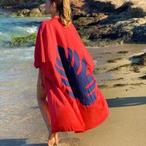 Kaftan de lino y algodón color rojo (red claret) y hoja de lino azul marina bordada en la espalda.