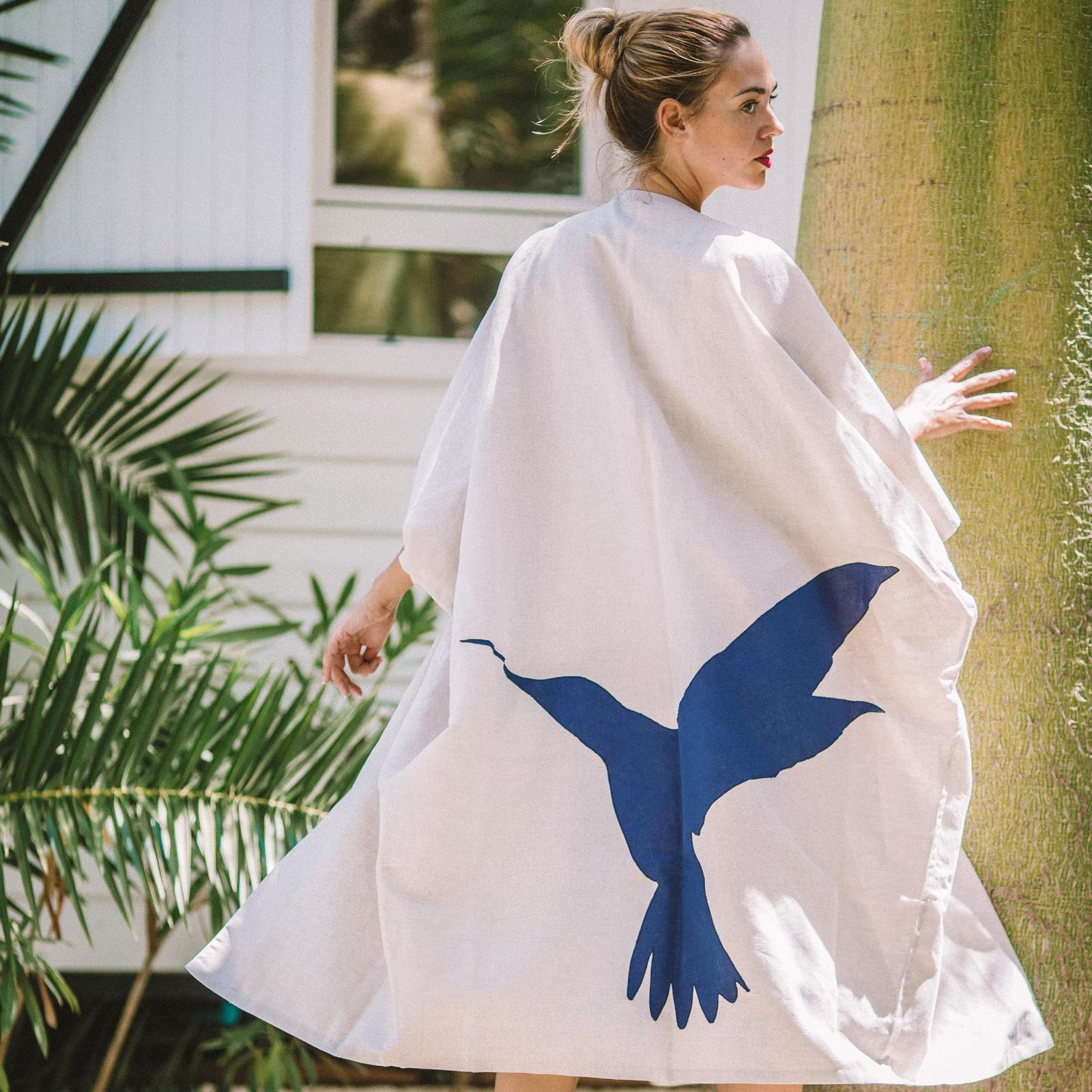 Kaftan de lino color crudo con aplicacion de colibri bordada en la espalda