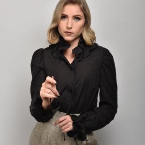blusa negra symons con volantes en cuello y mangas