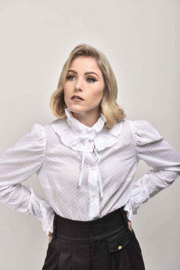 blusa symons blnaca con volantes en el cuello y mangas