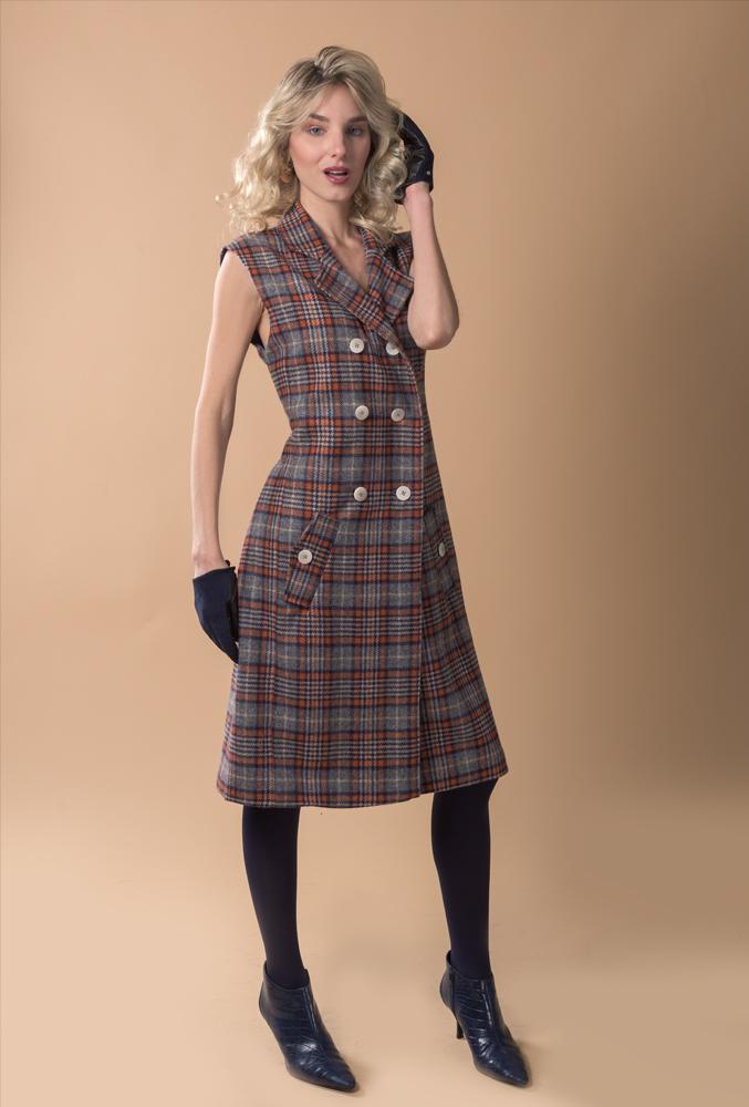 Chaleco de lana a cuadros estilo escocés azul y naranja, estiliza la figura y se puede utilizar también como vestido. Hecho a mano en España con insumos europeos de calidad premium.