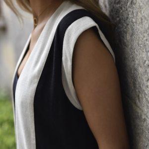 Chaleco recto color negro y natural, con mangas retro, caída fantástica, con contraste de color al frente y en las mangas, bolsillos laterales y un largo ideal para todas las alturas.