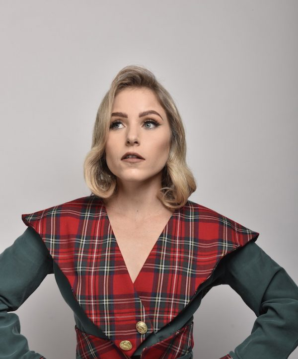 detalle de blusa con sobre cuello en pico