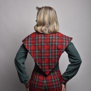 blusa lang con cuello en pico y triangular a cuadros rojos con verde