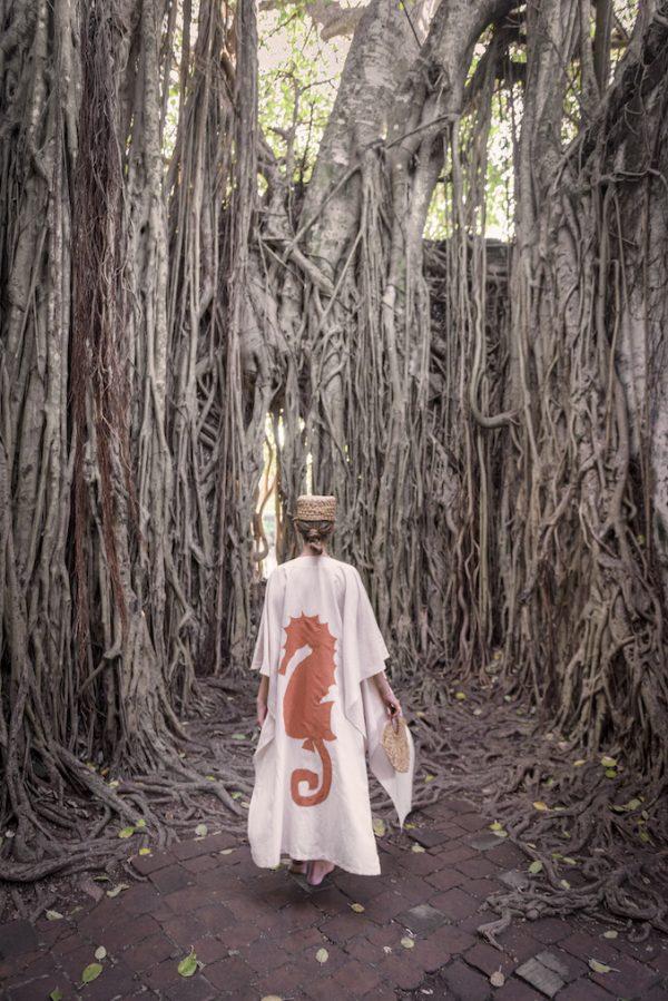 kaftan beige con caballito de mar bordado en la espalda color naranja, tunica ideal para vestir en la playa sobre el traje de baño, beachwear