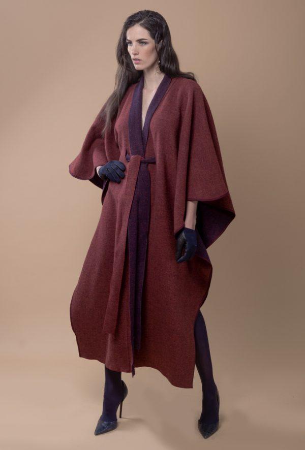 Kaftan de lana reversible, con cinto para acentuar la cintura, esta hecho de lana 100% española, es ideal ya que tienes dos prendas en una al poder usarlo del lado en tono rojo y el otro lado en tono azul marino con tintes vino.