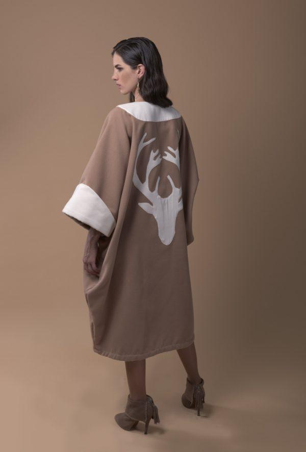 kaftan de invierno hecho de lana, conlor camel y crudo silueta de ciervo bordada en la espalda y detalle de manga vuelta