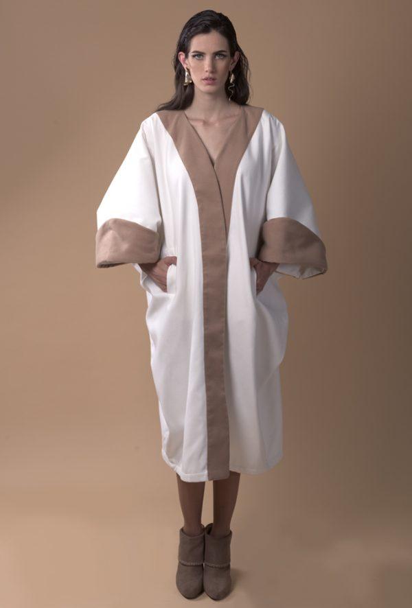 Kaftan de invierno, confeccionado con lana, color blanco y camel con manga vuelta