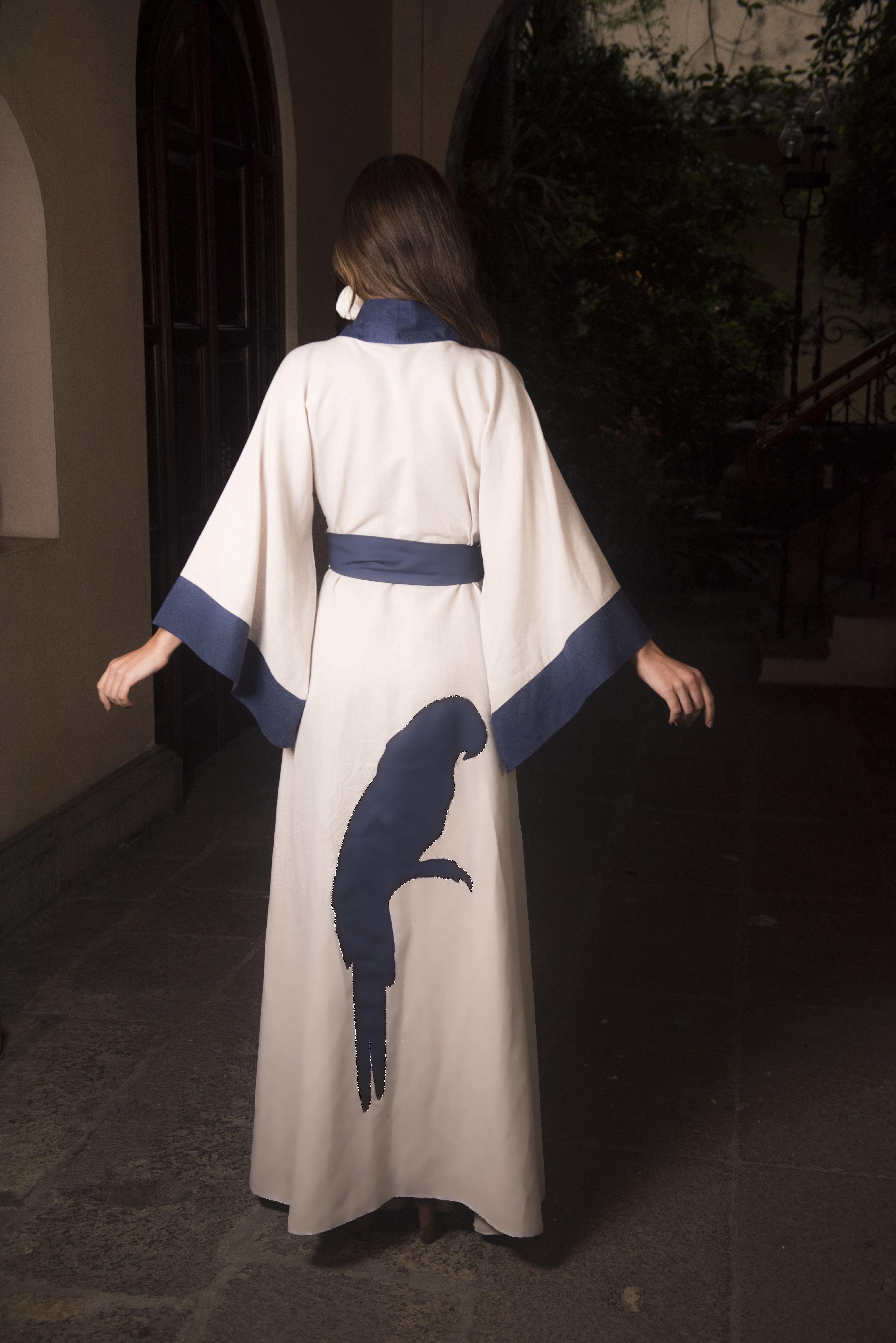kimono de lino, color crudo con azul marino, mangas anchas y aplicacion de guacamaya bordada en la parte de atras