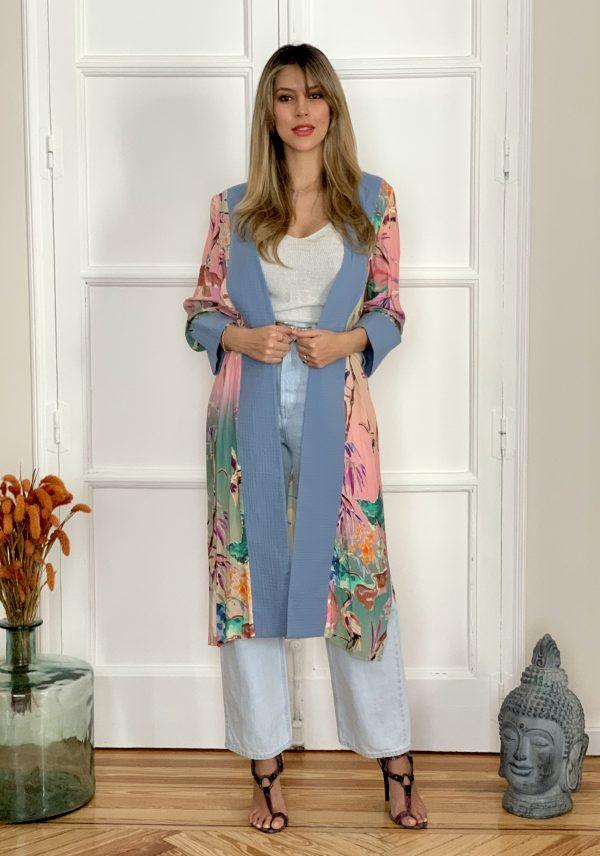 kimono con print de aves, nos recuerda sitios de verano, combinado a contraste con un tono azul celeste de tejido algodon organico sostenible, ideal para usar casual, en la playa o para una celebración, diseño de Paloma lajud primavera verano 2020