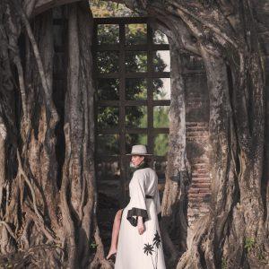 Kimono de lino y algodón color natural con detalles en crudo y palmeras en lino bordadas en la parte posterior. Un diseño muy versátil, ideal para usar como bata, como túnica en la playa o vestido para un coctel, donde depende de los complementos con lo que lo combines.