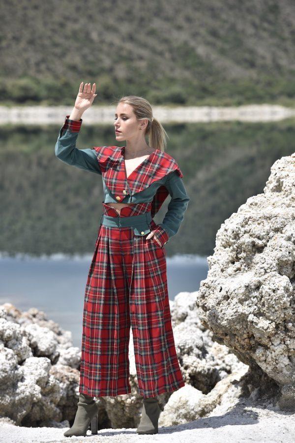 pantalon galdana cuadros escoceses rojo con verde, tablones al frente y bolsillo falso con boton dorado
