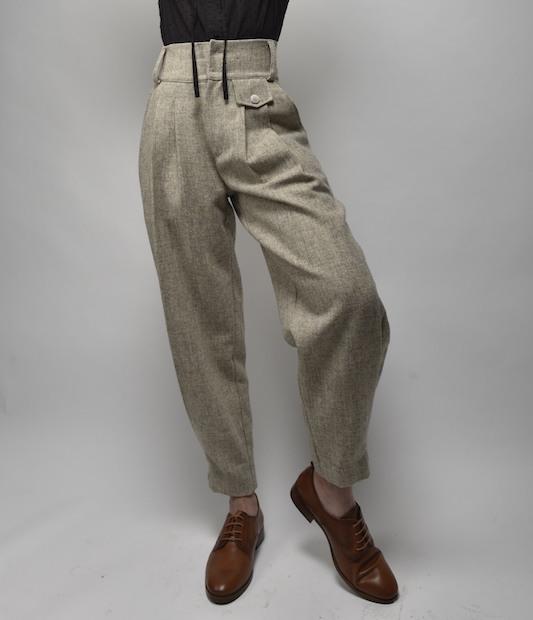 pantalon greta color crudo, invierno lana, pantalon de vestir de tiro alto y cinturilla con detalles laterales de botones dorados